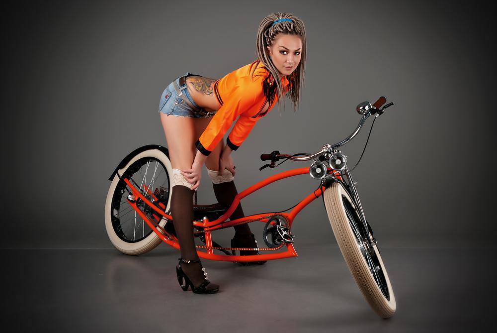 Секси девушка с велосипедом