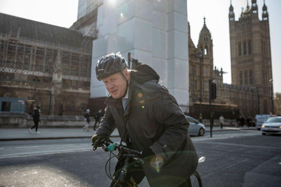 Премьер-министр Великобритании признает, что нарушает правила, катаясь на тротуаре