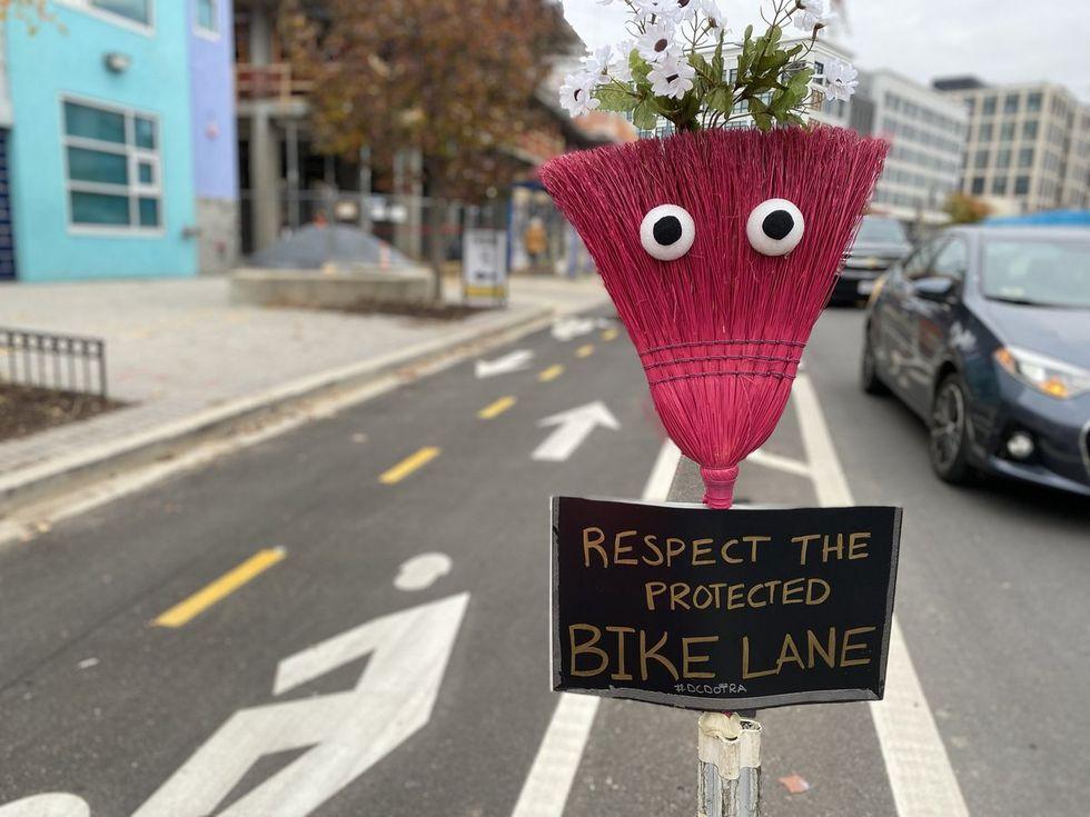 У велосипедных дорожек Вашингтона появился новый талисман: метла